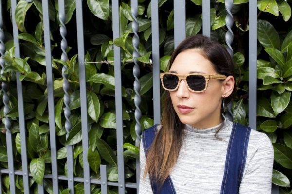I love the sunny autumn days, the air is the seamless for a walk and to spend time outdoors! Today the weather is perfect for the Jeans Salopette signed StyleWe and El Naturalista Wood #Sunglasses!!