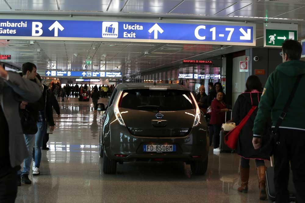 Nissan_Leaf_la_mobilit_elettrica_apre_nuove_rotte_in_aeroporto_auto